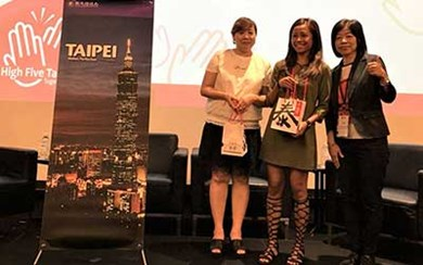 (From left) Two lucky agents at Singapore's promotion event presented with gift sets containing chili sauce from Taipei Din Tai Feng and Taipei Double-Decker Sightseeing Bus tickets.